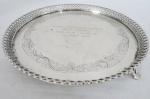 Salva em prata contraste 800 mls, fundo cinzelado com flores, galeria com concheados e vazados. Peso da prata: 418 g (Com dedicatória ao Ministro da Guerra 1963).