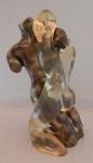 """MAX FORTI (ITÁLIA, 1937). Imponente escultura em bronze polido e acrílico - """"Casal em Cena Romântica"""" . Assinado.Mínimas  marcas do tempo no acrílico, que não afeta a beleza da peça.. Med. 43 cm altura."""