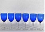 Seis grandes taças para vinho em vidro moldado azul cobalto, haste translúcida em bolas, base circular. Med. 19,5 cm alt x 8 cm diâmetro.
