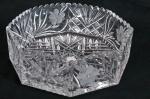 Imponente centro de mesa em cristal europeu translúcido no formato oitavado, base e laterais ricamente lapidadas  em estrelas, losangos e flores. Borda serrilhada. Med. 9 x 26 cm diâmetro.