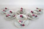 SCHMIDT- Seis (6) xícaras para café com seus respectivos pires em porcelana branca vitrificada, decorados com delicadas flores policromadas e ricos realces à ouro. Manufatura marcada no fundo.