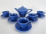 Conjunto de chá em cerâmica esmaltada e vitrificada na cor azul, composta: um bule e 05 xícaras com seus respectivos pires. Med. 11 cm alt.