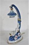 """PEDREIRA  Luminária em porcelana branca , anos 40/50 decoração dita Isabelina no padrão """"Blue & White"""" e detalhes em alto relevo, com aplicação de ouro, marcados na base. Med. 35 cm alt x 21 x 12 cm. Necessita revisão elétrica, marcas do tempo."""