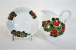 Gomil com bacia, em porcelana branca, decorado por Flores pintadas a mão. Med. gomil 19 cm alt, bacia 19 cm diâmetro..