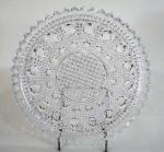 Prato em cristal, ricamente lapidado no feitio Bico de Jaca, detalhes octagonais, bordas serrilhadas. Med. 28 cm diãmetro.