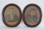 Par de porta retratos de parede em madeira,molduras no formato oval , vidros abaulados . Acompanha foto antiga de casal. Med. 60 x 49 cm , um com vidro quebrado.