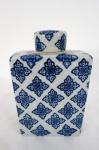 Tea caddy em porcelana  de formato retangular, decorado em azul e branco por guirlanda estilizada. Med. 18 x 1 x 6 cm.
