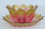 Imponente centro de mesa/ fruteira com presentoir, em pesado vidro artístico estilo Murano , moldado em gomos no tom rosa degradée e bordas onduladas em tom dourado.. Med; presentoir 6,5 x 36 cm diâmetro, centro de mesa 15,5 x 27,5 cm de diâmetro.
