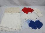 Lote de toalha de mesa em crochê com diversos guardanapos em tecido. Medindo a toalha 150cm x 130cm.