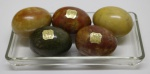 DECORAÇÃO  - VAGNAZZI ROMA GAMBERO 12 - Lote de 5 ovos esculpidos em pedras coloridas com base em demi cristal. Med. 18 cm e 6 cm. Possui um ovo trincado.