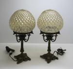 DIVERSOS - Par de abajures em bronze com cúpulas em vidro adaptadas.