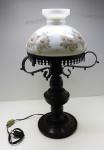 DIVERSOS - Par de abajures em ferro e madeira com cúpula em opalina branca pintada a mão com motivo floral.