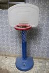 DIVERSOS - Cesta de basquete com base em material plástico. Med. 140x70 cm.