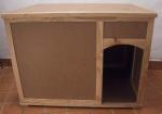 DIVERSOS - banheiro para gatos em MDF e madeira cru de pinus, com tampa. Marcas de uso, pequena falta na tampa. Med.: 66x86x60 cms.