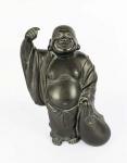 """HOTEI  LINDA ESCULTURA EM BRONZE REPRESENTANDO HOTEI, UM DOS SETE DEUSES DA BOA SORTE.  JAPÃO, PERÍODO MEIJI, SEC. XIX. 26 CM DE ALTURANOTA: Shichi Fukujin são sete deuses de boa sorte (fortuna e felicidade) no xintoísmo, mitologia japonesa e folclore japonês. Costumam ser representados em conjunto, na forma de estátuas, miniaturas ou gravuras, às vezes a bordo do takarabune (barco dos tesouros). Os japoneses consideram o sete um algarismo repleto de mistérios, da mesma forma que no Ocidente, onde temos os sete pecados capitais e as sete maravilhas do mundo. No budismo japonês, há a crença de que a alma precisa reencarnar sete vezes até alcançar a iluminação espiritual, e que sete semanas de lamentação devem ser seguidas depois de um falecimento. Há também o costume de comer no dia 7 de janeiro o mingau de arroz temperado com nanakusa, as sete ervas da primavera. Arranjos com as sete flores do outono homenageiam a entrada dessa estação. No idioma japonês arcaico, o ideograma que representava a felicidade era formado por três números sete. Hotei é o senhor da magnanimidade, da generosidade humana. Vive rindo, sempre de bom humor, e por isso mesmo, traz saúde e felicidade, pois está sempre satisfeito com o que tem. Dizem que Hotei tem recurso interior para todos que queiram atingir a serenidade completa e sabedoria búdica. Geralmente é representado com uma enorme barriga e roupa caindo pelos ombros. Seu abdômen avantajado não simboliza a gula, pelo contrário, é símbolo da satisfação. Hotei, conhecido como o """"Buda gordo"""", é na verdade a representação de um monge chinês frequentemente encontrado em templos, restaurantes e amuletos. No folclore da China, ele acabou sendo associado a Maitreya. Para os japoneses, o """"hara"""" (ventre) representa o coração e personalidade, portanto seu vasto """"hara"""", representa grandiosidade de espírito. No Ocidente ele é muitas vezes erroneamente visto como uma representação do Buda Sidarta Gautama. Segundo a crença popular, apreciar uma pintur"""