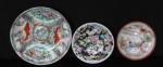 Lote com 3 pequenos pratos decorativos oriental, med. 14cm - 10cm e 9,5 cm de diâmetro