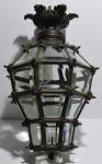 Farol de bronze, com cristais fasetados, provavelmente inicio seculo xx, em perfeito estado, aprox de alt = 50cm e prox de diametro = 35cm