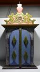 Belo e antigo oratório de madeira, com pintura policromada, com marcas do tempo, alt. = 94cm, larg. = 52cm