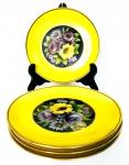 NORITAKE HANDPAINTED JAPAN - Magnífico jogo com 4 pratos de sobremesa em porcelana japonesa pintada à mão com motivo floral em fundo preto ao centro, borda em vivo amarelo e contornos em vibrante ouro. Mede 16 cm.