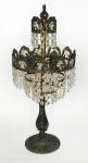FRANÇA - Magnífica luminária de mesa/abajur para duas velas, em estilo europeu, com base e armações em bronze ormulu ricamente ornamentado com motivo vegetalista e penduricalhos em cristal lapidado em diamante. Mede 50 cm.