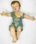 SÉC XIX - Secular e graciosa imagem de menino Jesus esculpida em terracota com policromia de detalhes em ouro velho. Mede 36 x 30 cm.