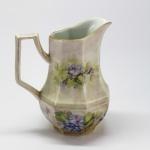 PORCELANA - Belo jarro oitavado, pintado a mão. Alt. 19 cm.
