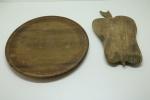 DIVERSOS -Lote de 2 tábuas, sndo 1 redonda e 1 em formato de fruto. Med. 32 cm e 31x18 cm.