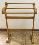 DIVERSOS - Porta manta / porta toalhas em madeira nobre. Med. 96x70x38 cm.