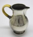 PRATA DE LEI - Delicada jarra em prata, 925 mls, com alça em marfim. Peso bruto 263 grs. Med. 13 cm.