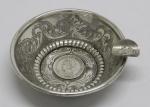 PRATA DE LEI - Cinzeiro em prata 833, ricamente lavrado com moeda 1000 reis no fundo e na borda. Med.: 3x10 cm. 68 grs.
