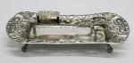 PRATA DE LEI - Espevitadeira completa em prata brasileira contrastada, Berço com galeria vazada decorado com flores, ramos e escudos. Pés de garra. Tesoura lavrada. Peso: 358g.
