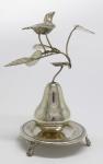 PRATA DE LEI - Paliteiro em prata brasileira na forma de pera apoiada em pequena bandeja circular e ao topo composição de ramagens com figura de pássaro. Alt. 19 cm e peso 271 gr.
