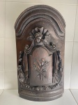 ARTE SACRA - Magnifica frente de sacrário em madeira nobre, ricamente entalhada com anjo, volutas, arabescos e ao centro ramalhete vegetalista.