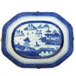 Grande travessa em porcelana azul e branca dita Macau. China, Qing, Daoguang (1821-1850). 39 x 32 cm. (Devido a fragilidade desse lote, seu envio só será realizado através de transportadora especializada).