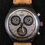 Relógio Swatch com pulseira em couro.