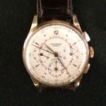Relógio Universal Geneve em ouro com pulseira em couro.