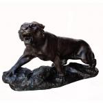 A. Capaldo. Escultura em bronze representando felino. Europa, Séc. XIX. 41 x 74 cm.