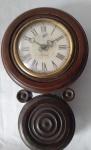 Antigo relógio despertador de parede a corda, modelo oito confeccionado em madeira, da marca rubinich, nao  funciona. Altura: 27 cm