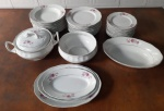 Aparelho de jantar Fábrica de louças Santa Cruz - Taubaté. Porcelana raríssima com , 01 sopeira, 01 tigela, 03 travessas, 01 travessa funda , 12 pratos rasos,  12 pratos fundos e 12  pratos de sobremesa. Travessa 32x23 cm(  BICADO ), 29x20 cm e 26x16 cm, travessa funda 32x23x7 cm ( lascado), OS PRATOS COM LASCADOS E BICADOS.