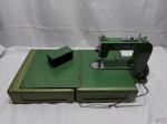 Máquina ELNA de costura portátil fabricada na Suíça. Este é o primeiro modelo fabricado entre 1940-1952 pela ELNA! A maleta de metal se converte em uma mesa de trabalho. O acabamento está em ótimo estado. O cabo de alimentação não está incluído, mas estão disponíveis online.