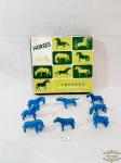 8 Esculturas representando Cavalos em Porcelana Azul  na Caixa. Medida 8 cm comprimento x 4 cm altura e 7 cm comprimento x 5 cm altura