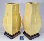 CHINA, DINASTIA QING, Séc.XVIII ou XIX - Par de incomuns vasos em porcelana chinesa no formato HU (sem alças), esmalte monocromático na cor amarelo pálido (PALE YELLOW ou PALE CAFE AU LAIT) com decoração de flores incisas. Marca azul variação QIANLONG em script ZHUANSHU no fundo. Tamanho e cor levemente diferentes. Base em madeira. Med. 31 e 30 cm. Com base: 34 e 33 cm. #rareporcelain #imperialyellow #chineseimperialporcelain #chineseporcelain #imperialchina #chineseart #china #artechinesa