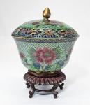 """Raro bowl chinês com tampa, feito com a delicada técnica de 'PLIQUE À JOUR' em metal dourado e capsulas de esmaltes. Séc.XIX. Excepcional beleza, transparência e luminosidade. Acompanha base. Med. 13 x 13 cm e com base: 13 x 17 cm. SAIBA MAIS ------->  Plique-à-jour (francês para """"deixar a luz do dia"""") é uma técnica de esmalte vítreo em que o esmalte é aplicado em células, semelhante ao cloisonné , mas sem fundo no produto final, então a luz pode brilhar através do esmalte transparente ou translúcido . Na verdade, trata-se de uma versão em miniatura do vitral e é considerado muito desafiador tecnicamente: alto consumo de tempo (até 4 meses por item), com alto índice de falhas. A técnica é semelhante à do cloisonné , mas usando um suporte temporário que após a queima é dissolvido por ácido ou esfregado. Uma técnica diferente depende exclusivamente da tensão superficial , para áreas menores. No Japão, a técnica é conhecida como shotai-jippo (shotai shippo). #cloisone #chinese #treasures #arte #pliquejour #antiques #art"""