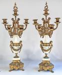 BREVETTATO -  Par de grandes e exuberantes candelabros italianos para sete (7) velas, estilo IMPÉRIO, assinados pela Grife, feitos em bronze dourado e mármore branco, decorados por querubins e guirlandas florais. Acompanha apagador como ponteira. Um deles no estado. Med. 70 cm. VER LINK COM ITEM IDENTICO E SUA COTAÇÃO EM DÓLAR: https://www.chairish.com/product/3083146/italian-empire-brevettato-pink-marble-ormolu-candelabra-a-pair
