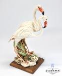 GIUSEPPE ARMANI (1935-2006) para CAPODIMONTE - Rara e colecionável escultura, edição limitada de 975 unidades (esgotadas) de Flamingos. Assinada, selo de copyright, selo CAPODIMONTE, etiqueta e numerada 0969-C. Feita pelo processo de fundição a frio utiliza as mesmas misturas de argila e caulim mas com inclusão de resinas sintéticas à mistura. Med. 37 x 16 cm. Peso: 3 quilos. LEIA MAIS SOBRE O PROCESSO DE COLD CAST PORCELAIN -----> https://www.tapatalk.com/groups/italianpotterymarks/cold-cast-porcelains-a-problem-for-future-collectors-t12.html  --------->  VER SIMILARES --->  https://armaniltd.com/product/giuseppe-armani-flamingoes-969-s/   --- BIOGRAFIA: Giuseppe Armani nasceu em Calci, Itália, em 1935. A partir do momento em que o jovem 'Bebe' conseguiu pegar um lápis, ele desenhou. Ele desenhou tudo o que viu. Ele desenhou todos que conhecia. Ele desenhou o dia todo. Os pais de Armani ficaram maravilhados com a produção prodigiosa de Giuseppe e reconheceram que os esboços de seu filho eram mais do que apenas os desenhos caprichosos da maioria das crianças. Realismo estranho e atenção aos detalhes revelaram o verdadeiro talento de Giuseppe. Ele tinha o dom. Os professores de Giuseppe decidiram que Armani deveria estudar na Academia de Belas Artes de Florença. Infelizmente, enquanto os arranjos estavam sendo feitos, seu pai morreu inesperadamente. A família precisava de Giuseppe agora. A escola de arte foi esquecida. Mas a Arte não. O talento natural de Giuseppe Armani foi finalmente reconhecido quando um padre local organizou uma exposição de jovens artistas; Giuseppe entrou em uma escultura de um torso masculino de inspiração clássica. A obra foi muito admirada por sua extraordinária precisão anatômica. Quando o torso foi levado para a Galeria de Arte de Pisa - localizada em frente à famosa Torre Inclinada de Pisa - o talento de Giuseppe Armani foi recompensado com a oferta de um emprego permanente lá. Em Pisa, o sonho de Armani de estudar arte foi finalmente rea