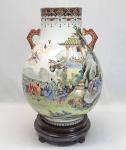"""Excepcional vaso no formato """"HU"""" em porcelana chinesa, Período Republicano (1912-1949), decorado com profusa esmatação 'Falangcai' com cena do lendário FESTIVAL DO PÊSSEGO (Peach Festival) retratando panteão de imortais e divindades taoístas, com Shoulao e os Oito Imortais em um terraço com jardim e pessegueiros saindo de rochas à espera de Xiwangmu, a Rainha Mãe do Oeste, que desce do céu montada em sua fênix.  Gargalo decorado com joalheria vermelha e preta com morcegos e símbolos budistas. Marca apócrifa QIANLONG (1736-1795) fundo e no verso (selo oval) juntamente com duas assinaturas e script de artista em vermelho. Base em madeira. Altura: 35 cm. Circunferência 76 cm e altura com base 39 cm. Na parte interna ( dentro), pequeno fio de cabelo superficial no esmalte (vidrado).#chineseart #chineserepublica #chineseporcelain #republicanperiod #china #treasures #porcelanachinesa #qianlong #felancai #fencai #raro #vasoemporcelanachinesa #"""