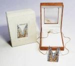 """ERTÉ - ROMAIN DE TIRTOFF (1892-1990) - Considerado o pai do ART DECO - Autêntico pingente broche da ERTÉ JEWELRY representando a letra """"M"""" da coleção 'ALPHABET' em Prata de lei, partes revestidas em ouro maciço e cristais SWAROVSKI. Numerado SSB00213. Acompanha um cordão dourado de brinde. No estojo original e caixa de presente. A série """"Alphabet"""" de Erté foi feita inicialmente como um conjunto de serigrafias e posteriormente transformada em uma coleção inestimável de figuras fundidas em metais preciosos cravejadas de pedras preciosas e cristais. No estojo original com o carimbo oficial de sua assinatura! Mede aproximadamente 4 x 3 cm.  (pendente / broche), 4,8 gramas (peso) na caixa de presente com marca da grife. THIS IS YOUR GOLDEN OPPORTUNITY TO OWN A GENUINE ERTE ART DECO CREATION! From an original design by the Father of Art Deco, Ertes famous Alphabet series was first a Suite of Serigraphs and then a priceless collection of figures cast in precious metals set with gemstones. We are pleased to present this sparkling Pendant/Brooch depicting the letter """"M"""", made of solid gold-plated Sterling Silver and hand-set Swarovski crystals, cast from the same mold used to create the original! This piece was produced in an open edition, however, less than 200 of each letter was ever made. This piece comes in a simple and pretty gift box with the Erte stamp on it. Officially Licensed by the Estate of ERTE, bearing the official stamp of his signature! Measures approx. 1.5"""" x 1"""". Nascido em São Petersburgo em 1892 e destinado por seu pai para uma carreira militar, Erté confundiu as expectativas ao criar seu primeiro figurino de sucesso aos cinco anos de idade e finalmente foi autorizado a se mudar para Paris em 1912 para seguir sua paixão pela moda. Erte teve uma longa carreira como ilustradora de moda para a revista Harper's Bazaar e ganhou fama como criadora de trajes e cenários gloriosamente extravagantes para o Folies Bergere em Paris e para os Escândalos de George White"""