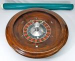 Grande roleta em madeira de lei, alumínio fundido, base em metal e bolinha em vidro. Med. 47 x 11 cm. Acompanha lona numerada e com encaixe para roleta para mesa grande medindo 313 cm. ( 3.13 metros)