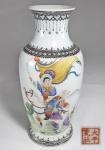 Antigo vaso em porcelana chinesa, período Republicano (1912 a 1949) decorado com cena de cavaleiro em esmaltes Felangcai. Selo laranja com 4 caracteres. Med.   Pq fio de cabelo na parte de dentro do bocal.