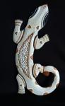 Espetacular lagarto em madeira para pendurar na parede com rico trabalho de entalhe e belíssima policromia e aplicação de mosaico de pedrinhas. Medida 60 cm de comprimento.